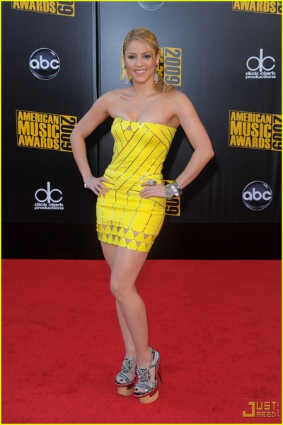 Shakira en robe Versace