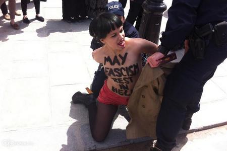 Femen arrêtée à Notre Dame de Paris